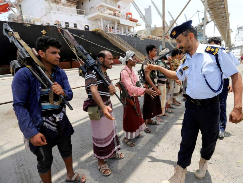 جانب من عملية الانسحاب الحوثي الوهمية من ميناء الصليف بالحديدة. (رويترز)