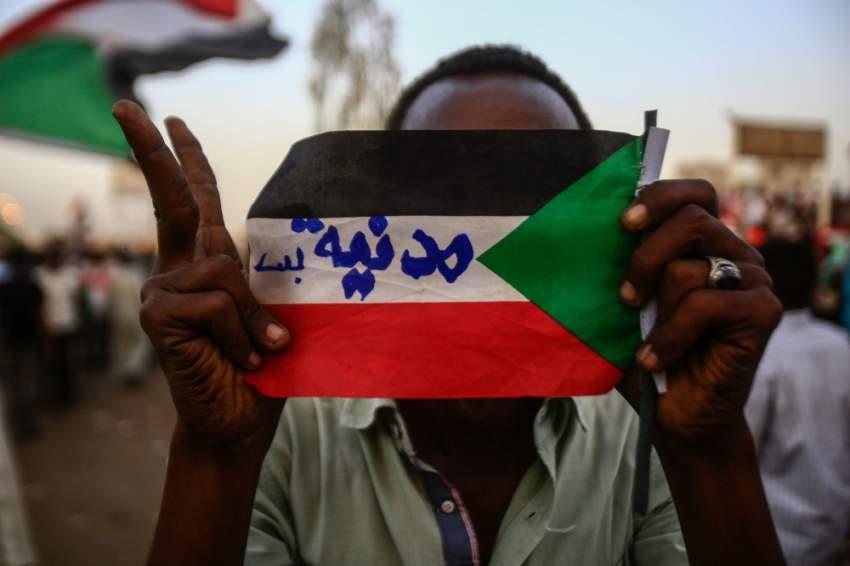 متظاهرون سودانيون مشاركون في الاعتصام أمام مقر قيادة الجيش بالخرطوم. (أ ف ب)