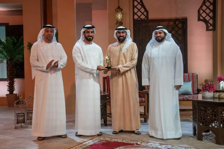 سلطان بن أحمد القاسمي مكرماً الإعلامي الإماراتي علي آل سلوم.