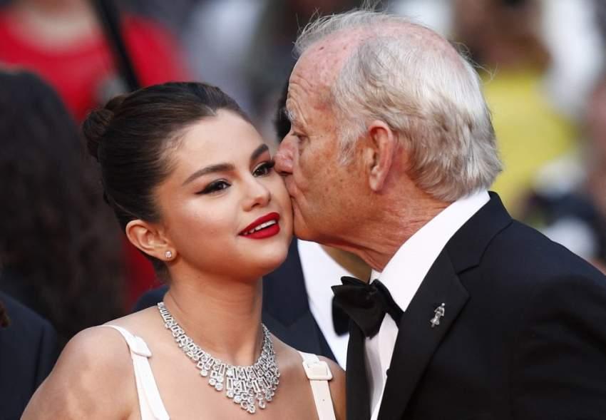 مغازلة بريئة بين سيلينا جوميز وبيل موراى على السجادة الحمراء فى مهرجان كان السينمائي
