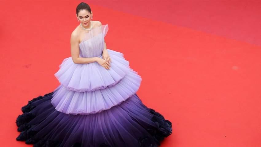النجمة التايلندية أرايا هاجاريت بفستان بطبقات منفوشة باللون البنفسجي من تصميم رالف أند روسو،