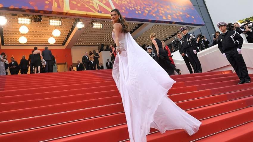 عارضة الأزياء البرازيلية أليساندرو أمبورسيو لفتت أنظار الباباراتزي بفستان أبيض من دار رالف أند روسو