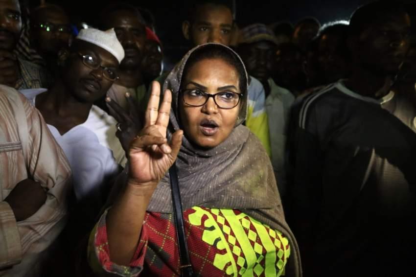 احتفالات في الخرطوم بإعلان الاتفاق بين المجلس العسكري وقوى المعارضة. (أ ف ب)