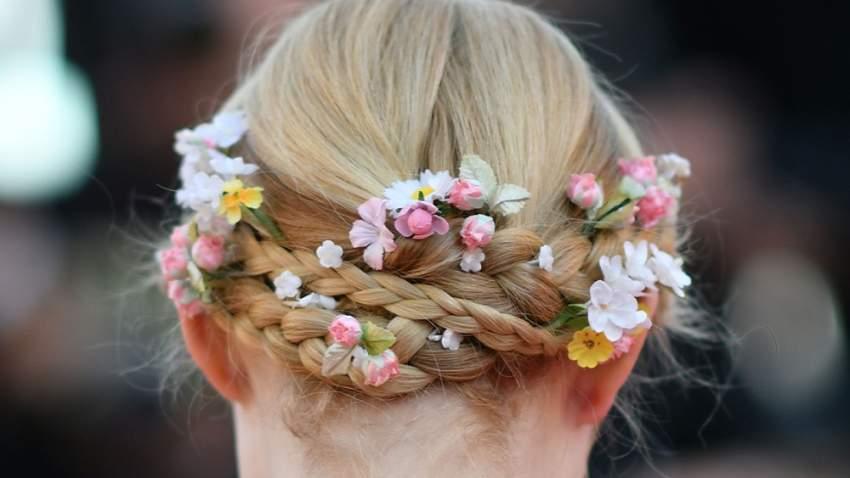 إيلي فاننج كللت اطلالتها بوضع الأزهار الطبيعية على شعرها