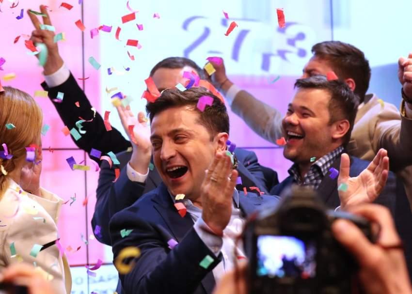 الرئيس الأوكراني فولوديمير زيلينسكي يحتفل بفوزه. (إي بي إيه)