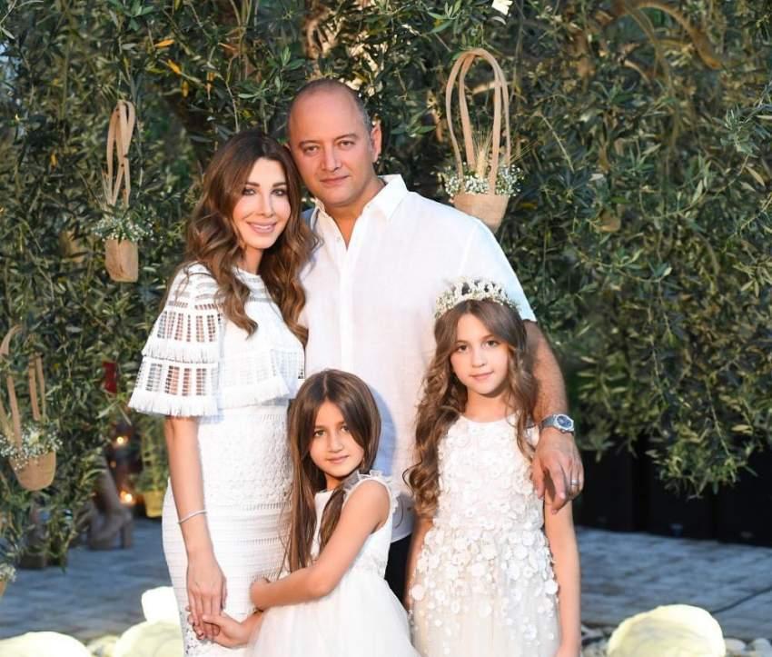 نانسي عجرم مع زوجها وابنتيها إيلا وميلا