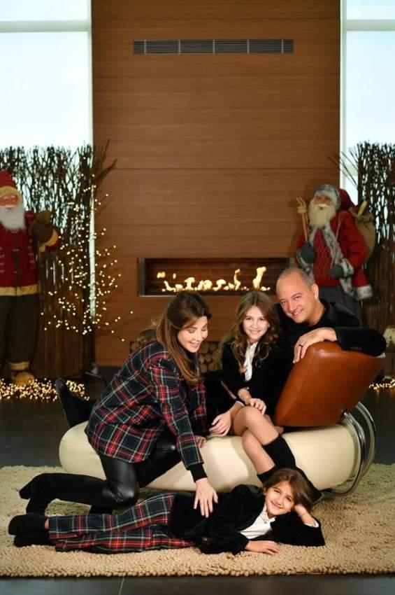 مع عائلتها خلال احتفالهم بأعياد الميلاد