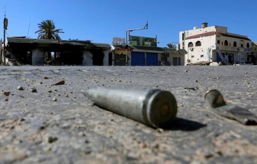 آثار مطاردة للميليشيات المسلحة قرب طرابلس. (رويترز)