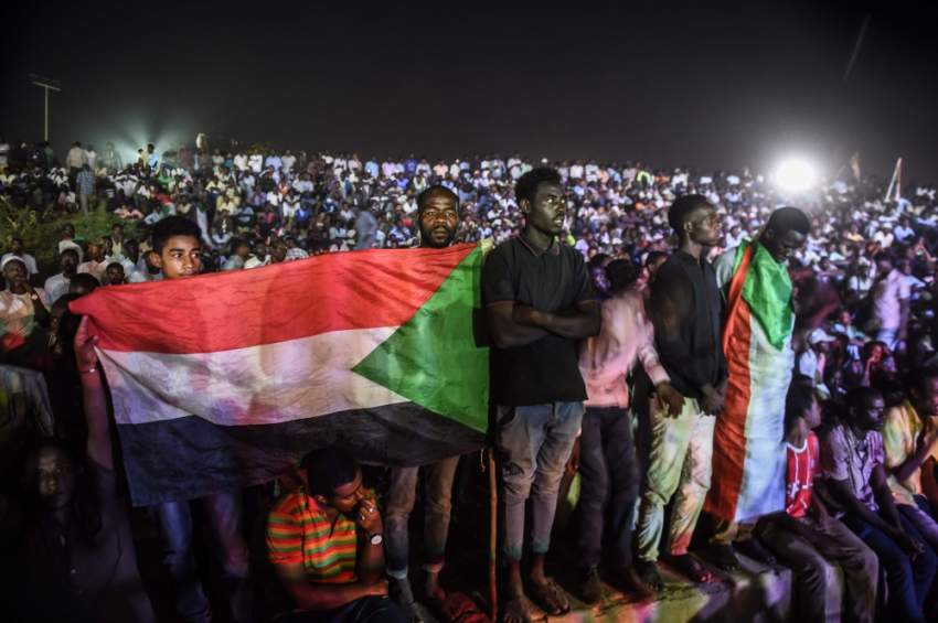 سودانيون معتصمون أمام مقر قيادة الجيش في الخرطوم. (أ ف ب)