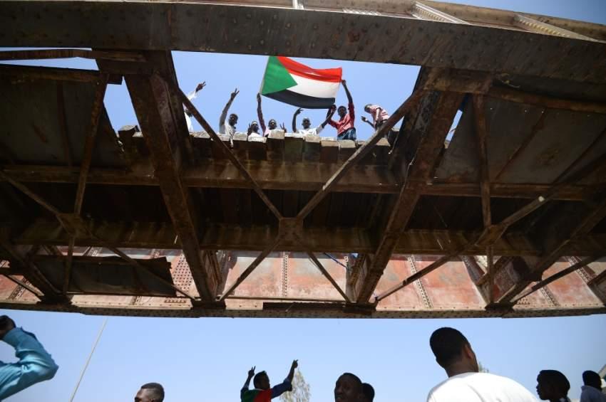 متظاهرون عند مقر الجيش السوداني في الخرطوم. (أ ف ب)