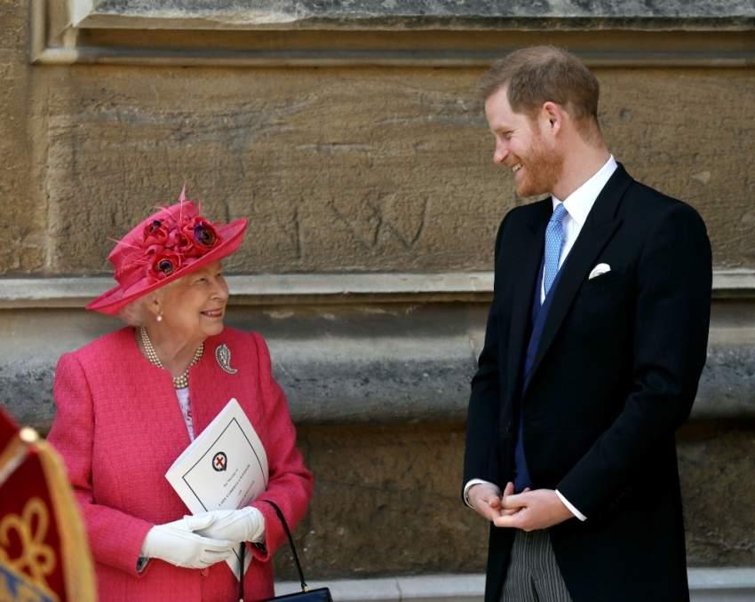 الأمير هاري برفقة الملكة إليزابيت في قلعة وندسور لحضور زفاف