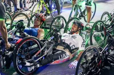 تتويج الفائزين في الدراجات الهوائية ضمن «ند الشبا». (الرؤية)