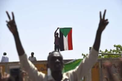سودانيون قرب الاعتصام أمام مقر وزارة الدفاع بالخرطوم. (أ ف ب)
