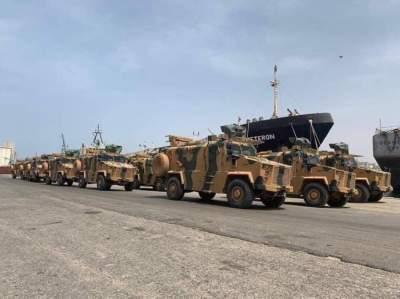 شحنة أسلحة ومعدات عسكرية في ميناء طرابلس. (الرؤية)