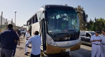 الحافلة المتضررة من التفجير في الجيزة. (رويترز)