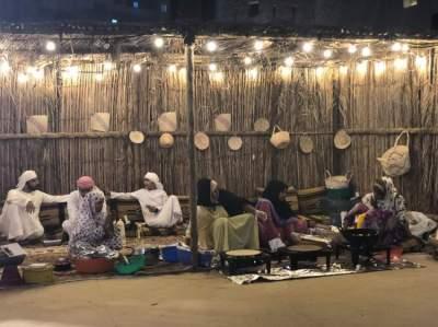 زائرة تتعرف إلى منتجات تمزج بين أصالة الماضي وجمال الحاضر ضمن فعاليات رمضان في قصر الحصن.