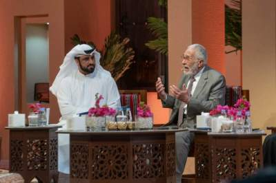 عبدالرحمن أبوزهرة متحدثاً في المجلس الرمضاني لنادي الشارقة للصحافة. (الرؤية)