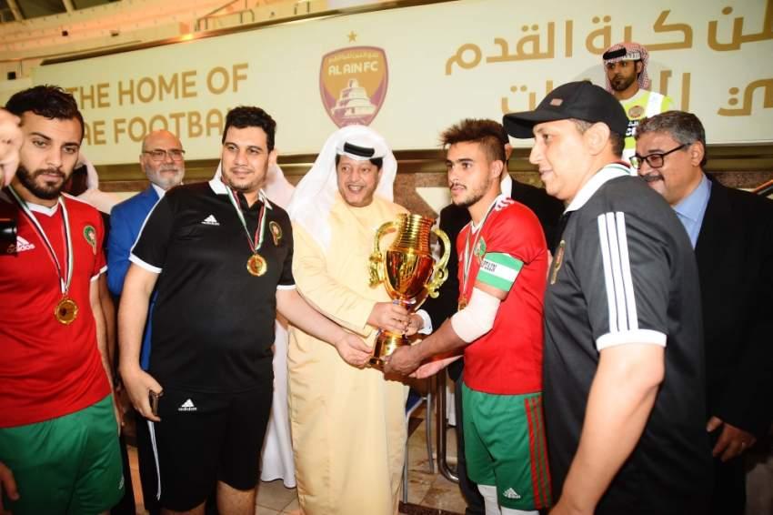 سعيد بن طحنون متوجاً فريق الجالية المغربية بلقب بطولة عام التسامح للنادي المصري. (الرؤية)