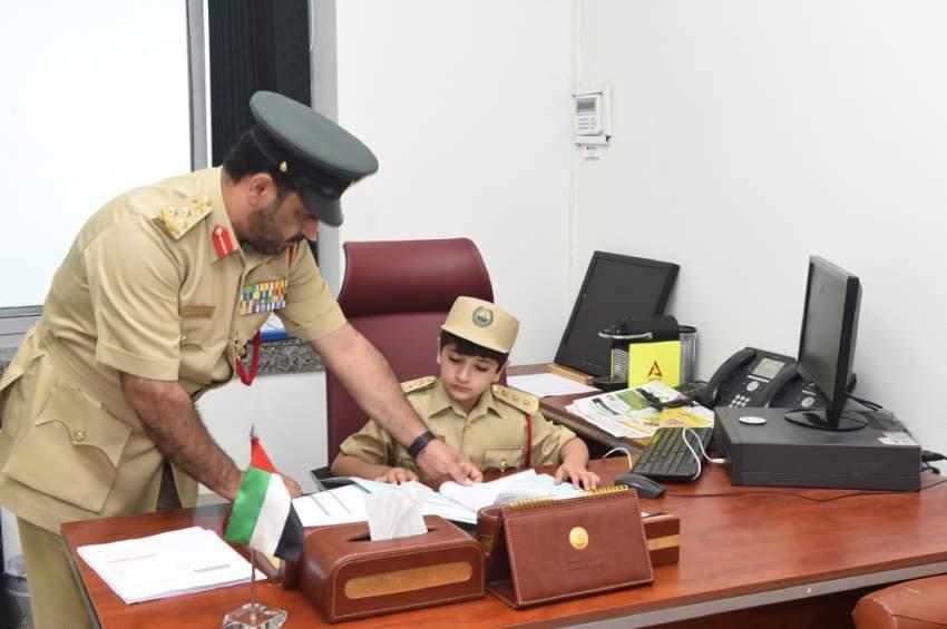 الطفل علي إبراهيم ضابطا في شرطة دبي ليوم واحد3
