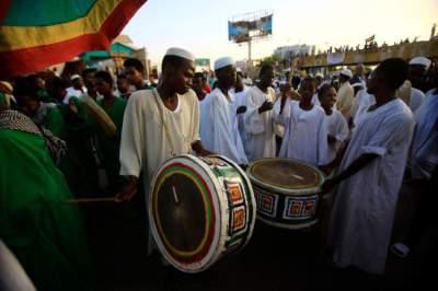 سودانيون أمام مقر الجيش في الخرطوم. (أ ف ب)