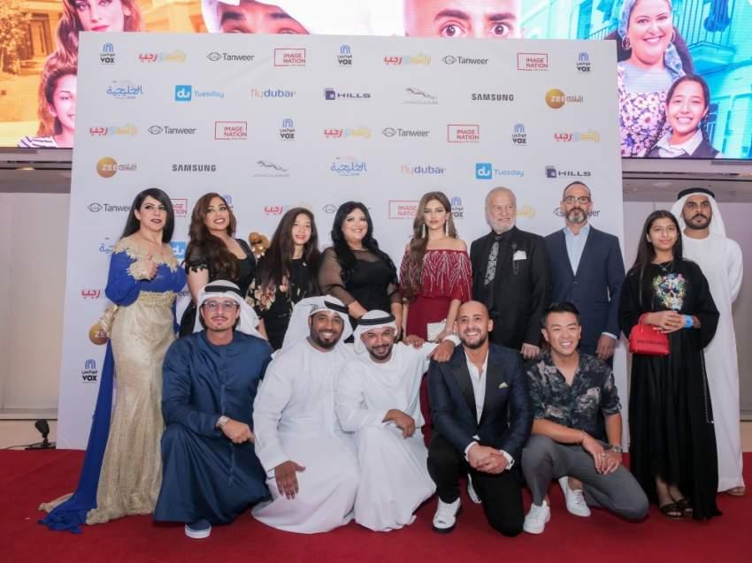 طاقم فيلم راشد ورجب ولقطة جماعية على السجادة الحمراء في دبي. (الرؤية)