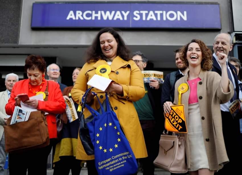 نشطاء حزب الديمقراطيين الليبراليين يرفعون شعارات «أوقفوا بريكسيت» وسط لندن. (أ ف ب)