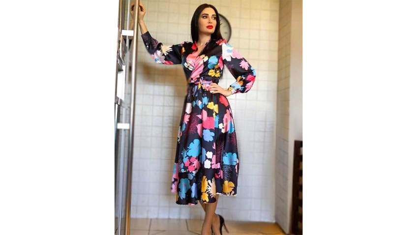 سيرين باطلالة بفستان بطبعة الأزهار من FOREVER UNIQUE