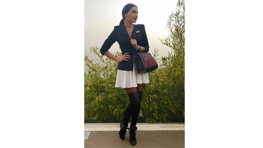 حرصت سيرين على اختيار أزيائها من دور الأزياء العالمية، وفي هذه الصورة تحمل حقيبة فيندي FENDI