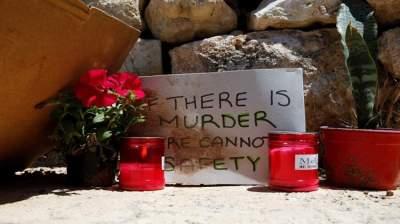 شموع وورود في المكان الذي شهد الجريمة.