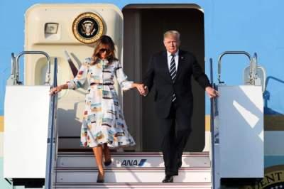 ترامب وزوجته لدى وصولهما إلى طوكيو. (إي بي إيه)