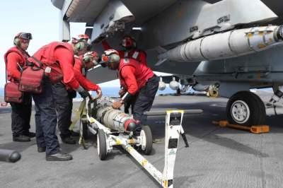 قوات أمريكية فوق حاملة الطائرات إبراهام لينكولن في بحر العرب. (رويترز)