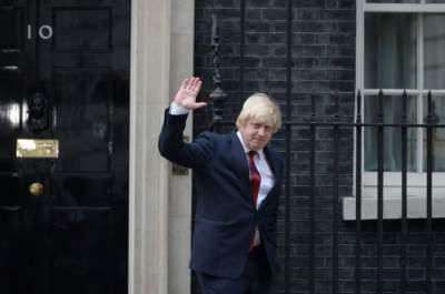 بوريس جونسون عند باب رئاسة الوزراء. (أ ف ب)