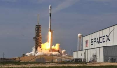 صاروخ الفضاء سبيس إكس فالكون 9 أثناء انطلاقه. (الرؤية)