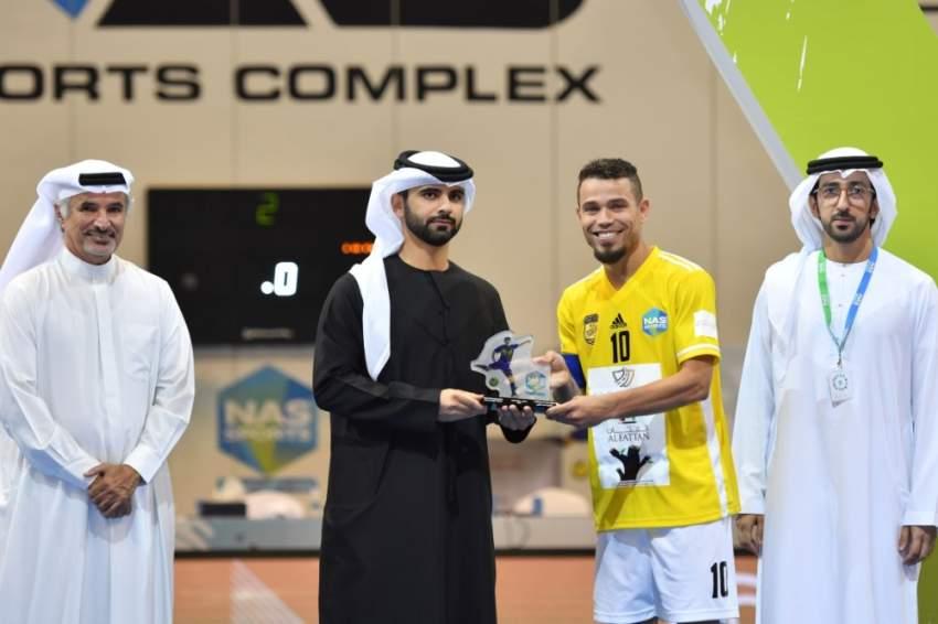 منصور بن محمد متوسطاً الفائزين في ند الشبا. (الرؤية)
