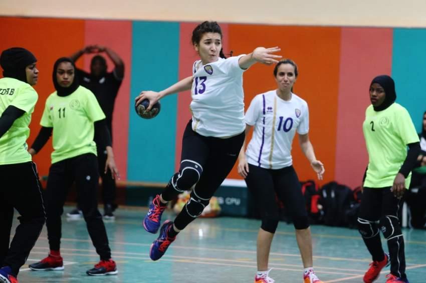 محاولة للتهديف في منافسات كرة اليد للفتيات.