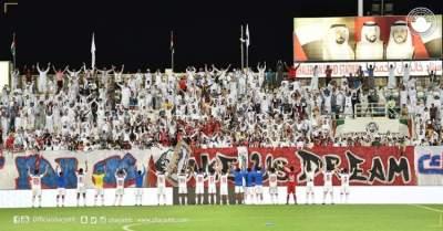 احتفالية لاعبي الشارقة مع جماهيرهم بلقب الدوري. (الرؤية)