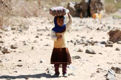 طفلة يمنية نازحة في مخيم قرب مأرب. (رويترز)
