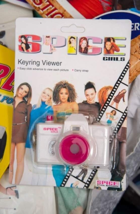 وكاميرا تحمل صورة «سبايس غيرلظ» التي ذاع صيتها في التسعينات، وتفرقت في عام 2011