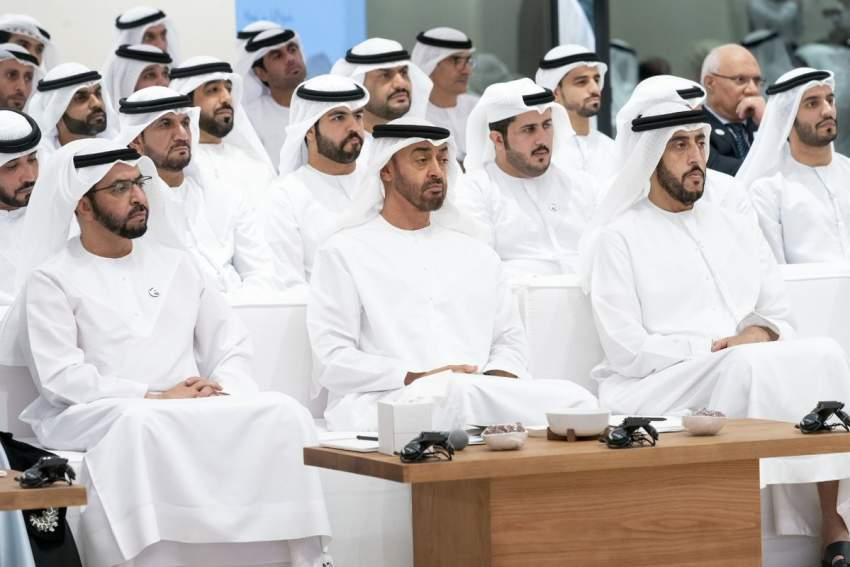 محمد بن زايد خلال محاضرة «إعادة تعريف الثروة لتحقيق الديمومة الاقتصادية» في أبوظبي بحضور حمدان بن زايد.