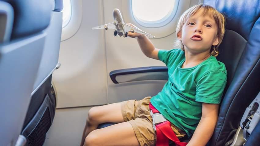 الأطفال المزعجين تصرفات تثير غضب بعض المسافرين