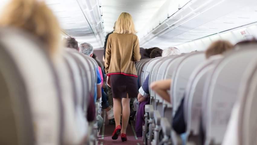 محاولة الخروج من الطائرة بسرعة