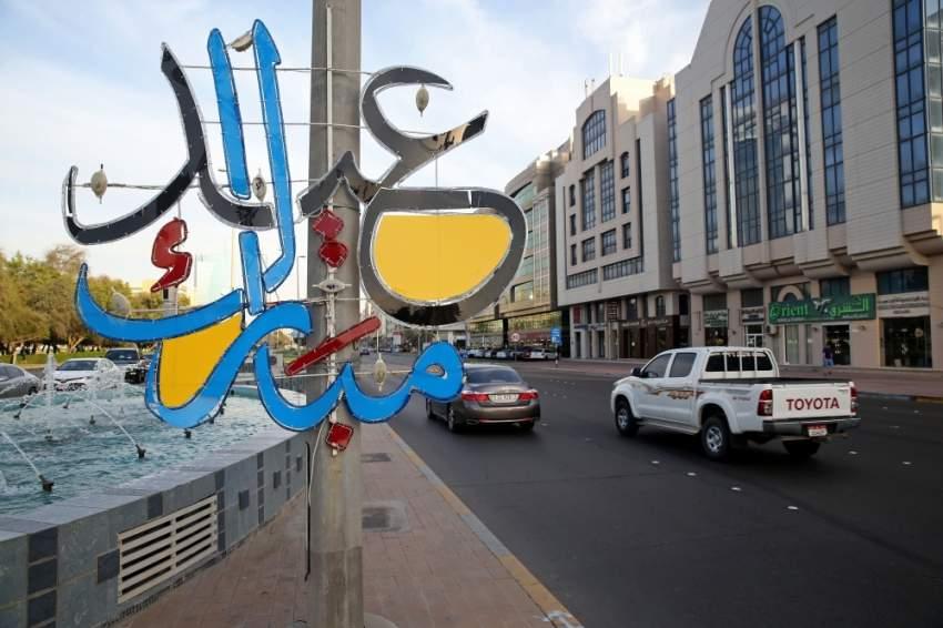 تزيين شوارع أبوظبي بإنارة العيد. (تصوير: محمد بدر الدين)