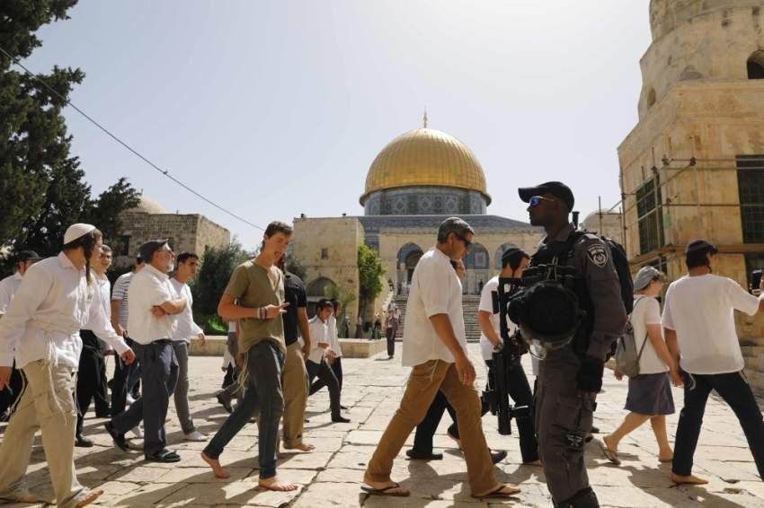 قوات الاحتلال ترافق مستوطنين متطرفين خلال اقتحام باحات المسجد الأقصى. (أ ف ب)