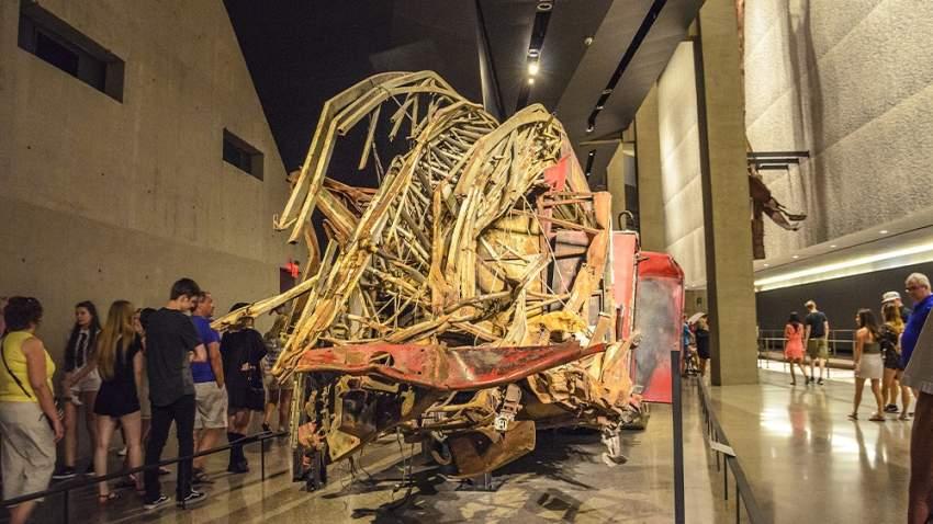 المتحف الملحق به بالنصب التذكاري لبرجي التجارة العالمي في نيويورك حيث يمكن للزوار رؤية البقايا المنحنية والملتوية لعوارض الصلب الضخمة