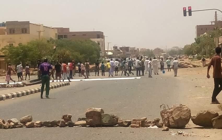 متظاهرون سودانيون يسدون طريقًا في الخرطوم. (إي بي إيه)