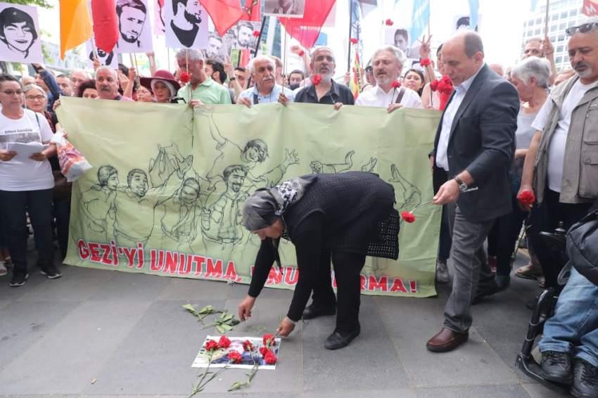 والدة شاب تركي تحيي ذكرى مقتل ابنها على أيدي قوات الأمن. (أ ف ب)