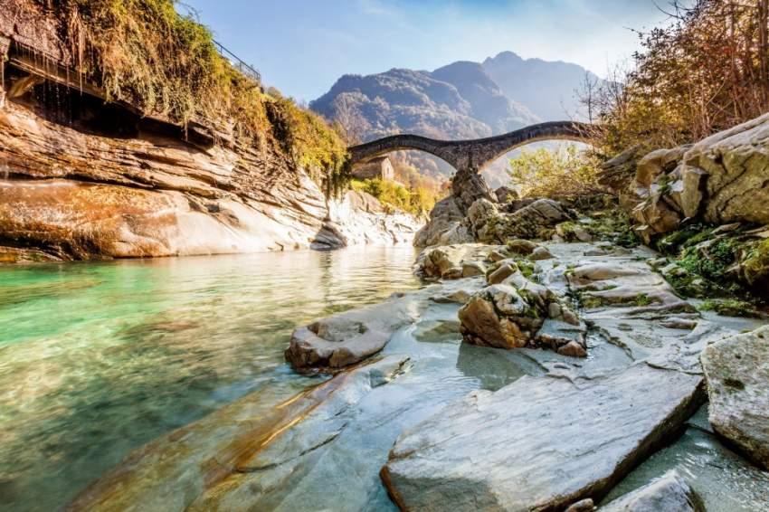 تشتهر سويسرا بالبحيرات الصافية، والغابات الخضراء الداكنة. (الرؤية)