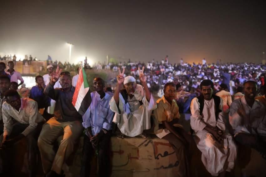 محتجون سودانيون يتمسكون بمطالبهم بتسليم السلطة للمدنيين. (إي بي إيه)