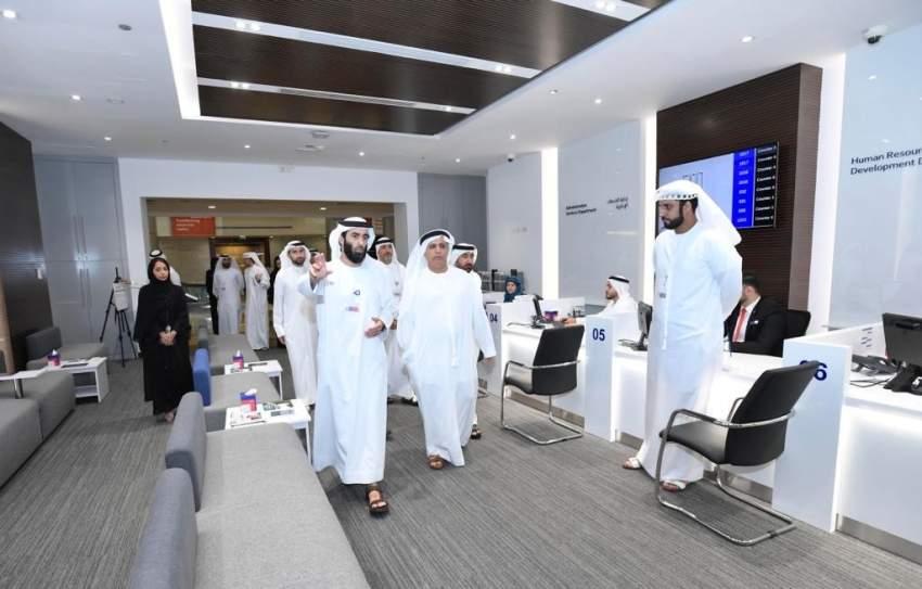 مطر الطاير خلال تدشين مركز خدمة المتعاملين والموظفين في طرق دبي. (الرؤية)