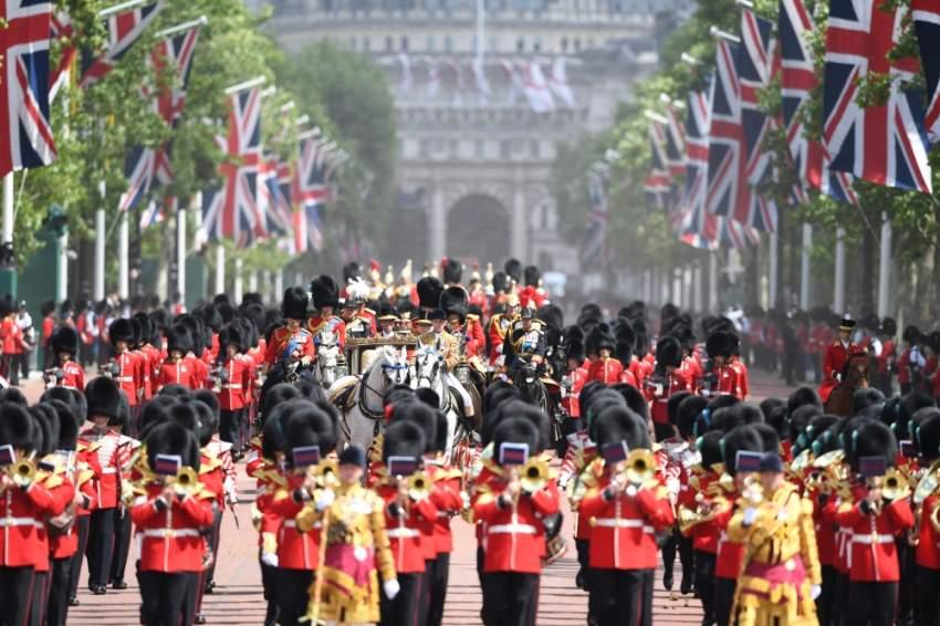 الحرس الملكي يحيط بعربة الملكة قرب قصرها في لندن. (إي بي أيه)